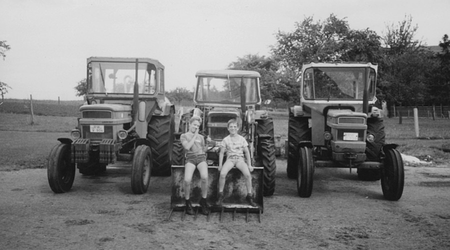 Andreas und Martin Keller als Kind auf dem Traktor
